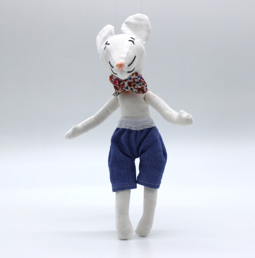 moustachette doudou souris pour enfant fait main coloris blanc habillé short